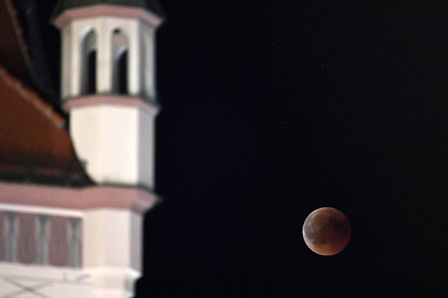 Lua de Sangue é vista sobre o céu de Munique, na Alemanha - 27/07/2018