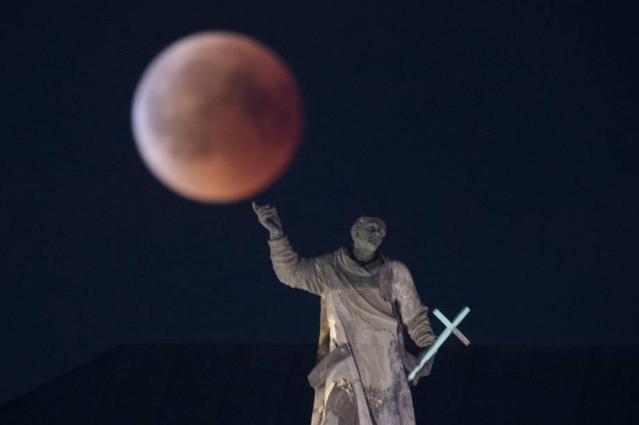 Lua de Sangue é vista durante o eclipse sobre a estátua de Mattielli, na igreja Hofkirche em Dresden, na Alemanha - 27/07/2018