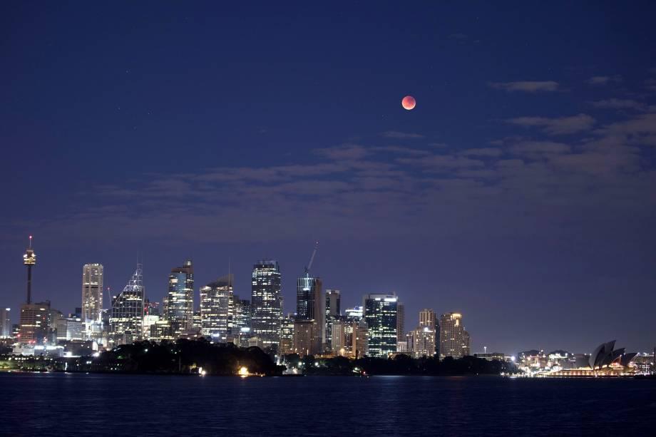 Lua de sangue é vista durante o eclipse total sobre a cidade de Sydney, capital da Austrália - 27/07/2018