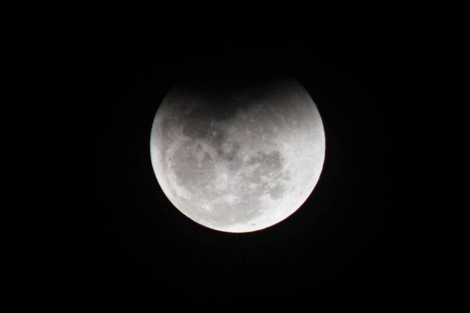 Eclipse lunar é visto sobre o céu do Morumbi, bairro localizado na zona sul de São Paulo (SP) - 27/07/2018