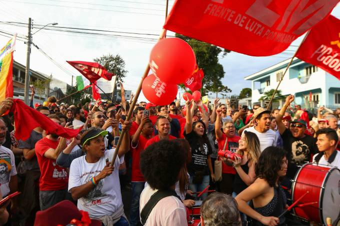 Manifestantes pró-Lula em Curitiba (PR)