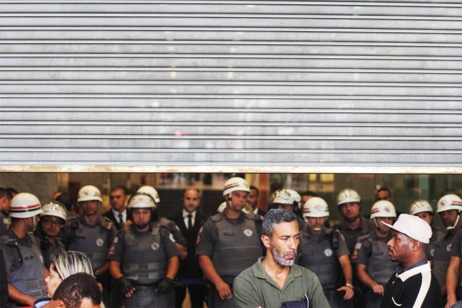 Policiais Militares impedem a entrada do MTST no Center 3, na Avenida Paulista, durante uma ocupação da sede da Caixa, em uma reivindicação por moradia digna - 06/07/2018