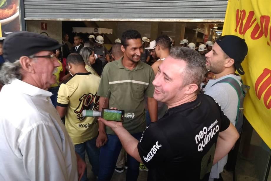 Membros do MTST assistem ao jogo das quartas de final da Copa do Mundo, entre França e Uruguai, durante o protesto de ocupação na sede da Caixa na Avenida Paulista - 06/07/2018