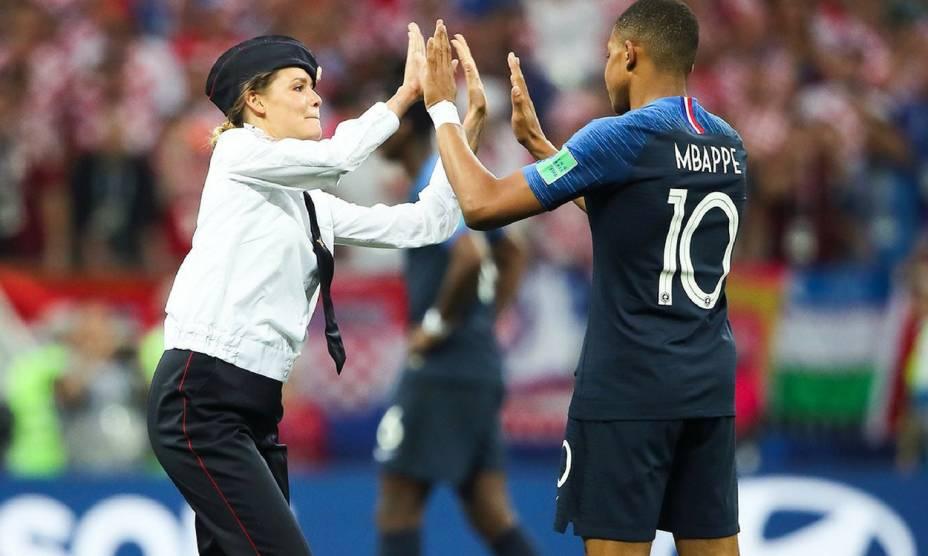 """Militante do grupo feminista """"Pussy Riot"""" cumprimenta o atacante francês, Kylian Mbappé, durante a final da Copa do Mundo da Rússia"""