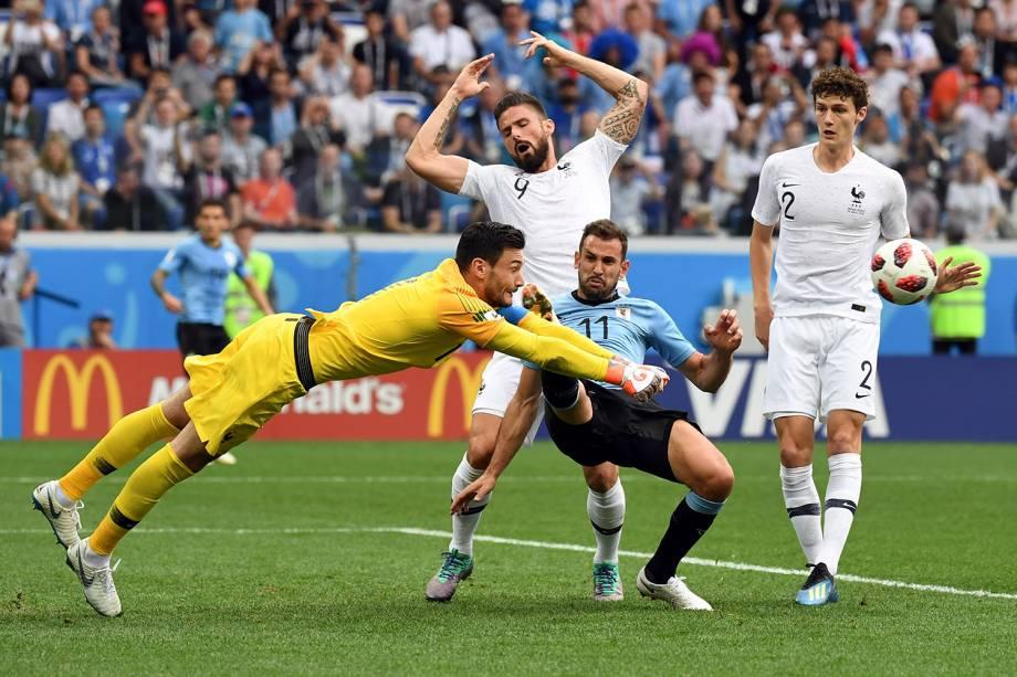 O goleiro francês, Hugo Lloris, dá um soco na bola após um cruzamento para a pequena área que ia em direção ao atacante Cristhian Stuani, do Uruguai - 06/07/2018