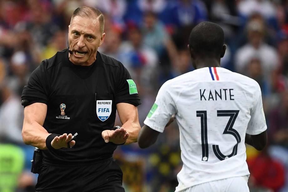 O juiz, Nestor Pitana, chama a atenção de N'Golo Kante, da França, após um lance de falta - 06/07/2018