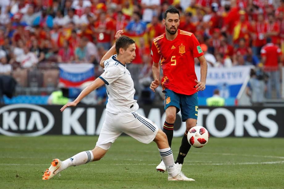 Ilya Kutepov da Rússia durante jogada contra Sergio Busquets da Espanha no Estádio Lujniki - 01/07/2018