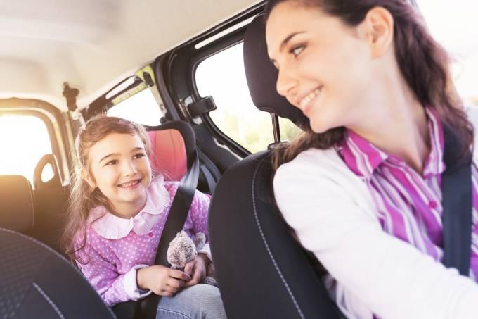 Garota em carro com sua mãe