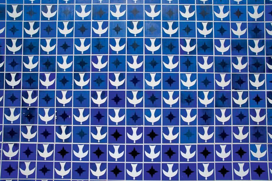Painel de azulejos de autoria do artista plástico Athos Bulcão