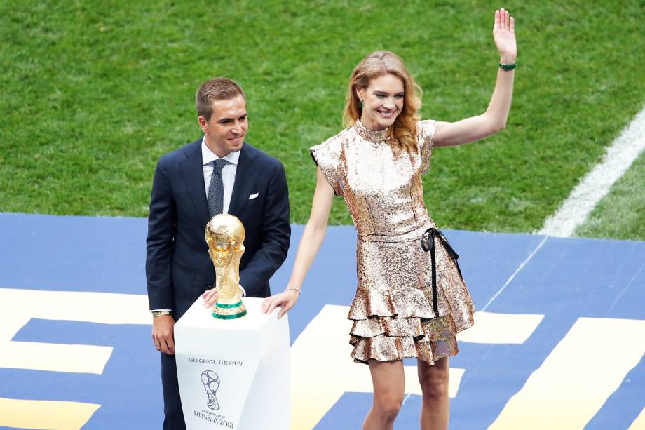 O ex-jogador alemão Philipp Lahm e a modelo russa Natalia Vodianova carregam o trofeu da Copa do Mundo, antes da final entre França e Croácia - 15/07/2018