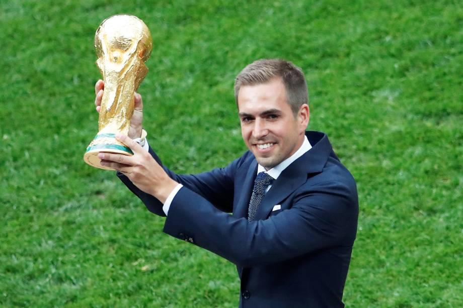 O ex-jogador alemão Philipp Lahm carrega o trofeu da Copa do Mundo, antes da final entre França e Croácia - 15/07/2018