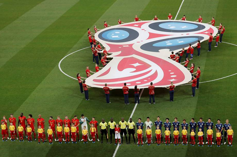 As seleções de Bélgica e Japão cantam os hinos nacionais antes do início da partida, válida pelas oitavas de final, na Arena Rostov - 02/07/2018