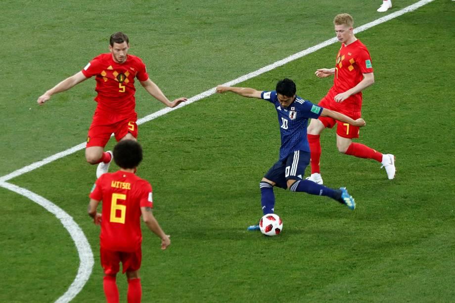 O japonês, Shinji Kagawa, arrisca um chute ao gol da Bélgica - 02/07/2018