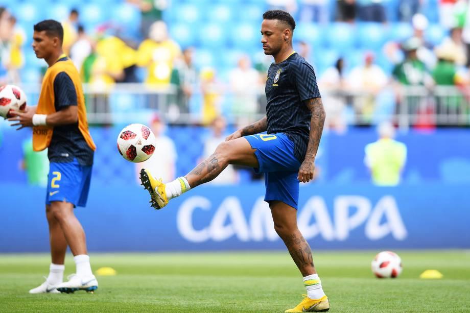 Neymar realiza aquecimento na Arena Samara, antes da partida entre Brasil e México, válida pelas oitavas de final da Copa do Mundo - 02/07/2018