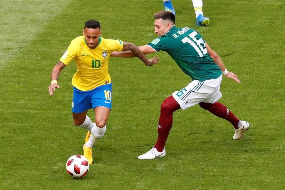 Neymar disputa bola com Hector Herrera, durante partida entre Brasil e México, válida pelas oitavas de final da Copa do Mundo, realizada na Arena Samara - 02/07/2018