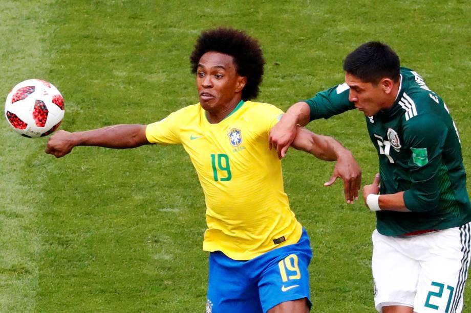 Willian disputa bola com Edson Alvarez,  durante partida entre Brasil e México, válida pelas oitavas de final da Copa do Mundo, realizada na Arena Samara - 02/07/2018