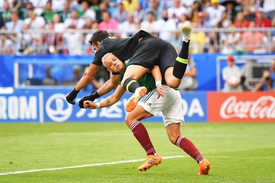 Javier Hernandez colide com o goleiro Alisson, durante partida entre Brasil e México - 02/07/2018