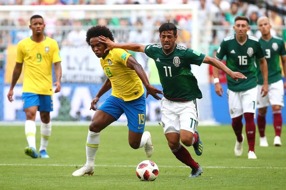 Carlos Vela disputa bola com Willian, durante partida entre Brasil e México, válida pelas oitavas de final da Copa do Mundo - 02/07/2018