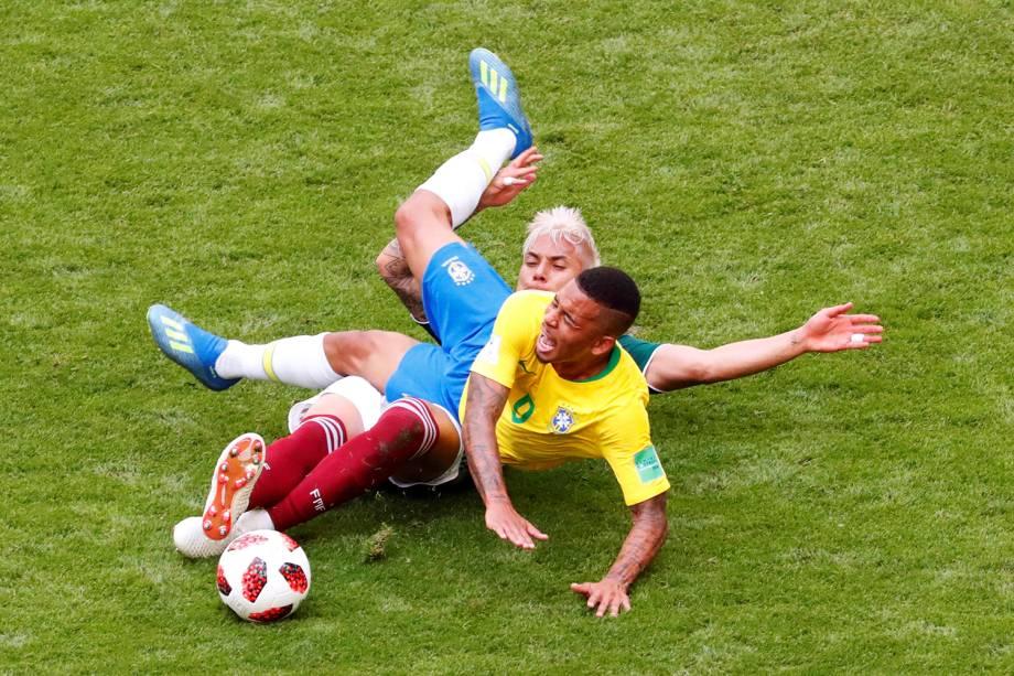 Gabriel Jesus disputa bola com Carlos Salcedo, durante partida entre Brasil e México, válida pelas oitavas de final da Copa do Mundo - 02/07/2018