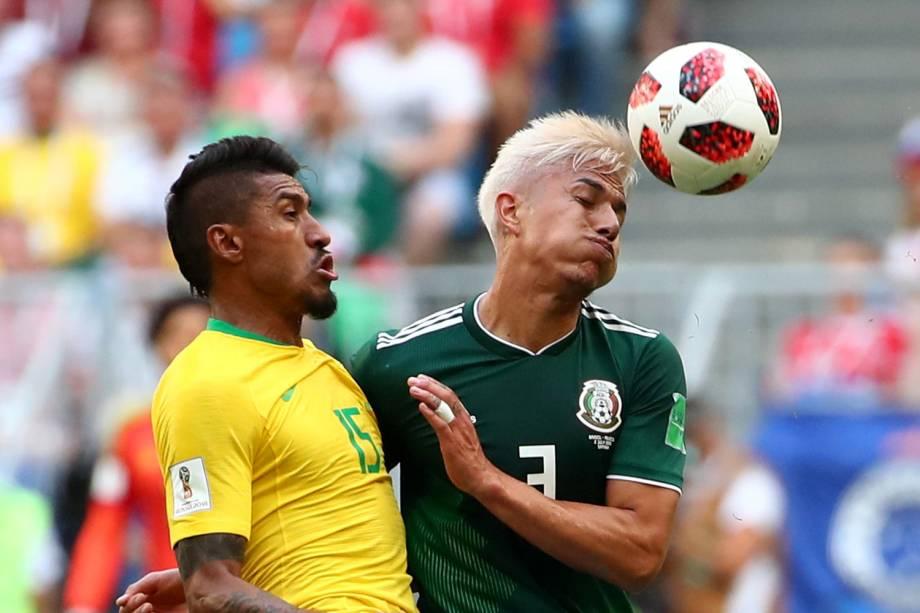 Carlos Salcedo disputa bola com Paulinho, durante partida entre Brasil e México, válida pelas oitavas de final da Copa do Mundo - 02/07/2018
