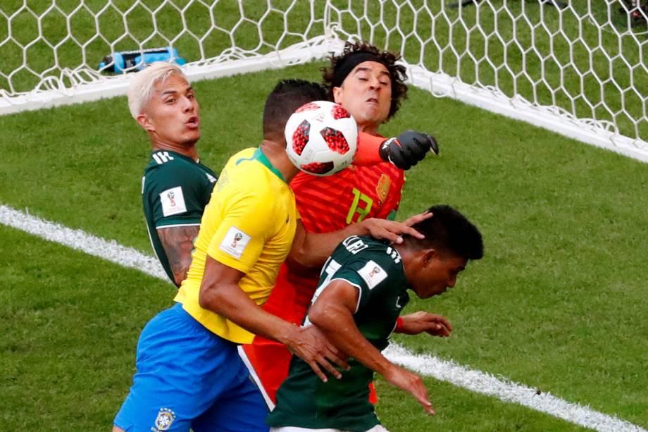 Guillermo Ochoa, goleiro mexicano, espalma bola durante partida contra o Brasil - 02/07/2018