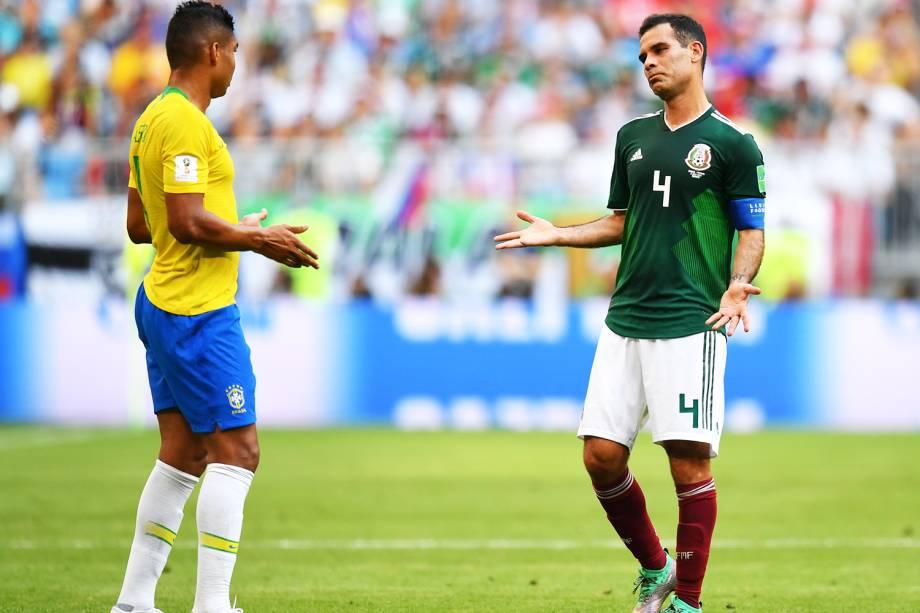 Rafael Marquez (dir) conversa com Casemiro (esq), durante partida entre Brasil e México - 02/07/2018