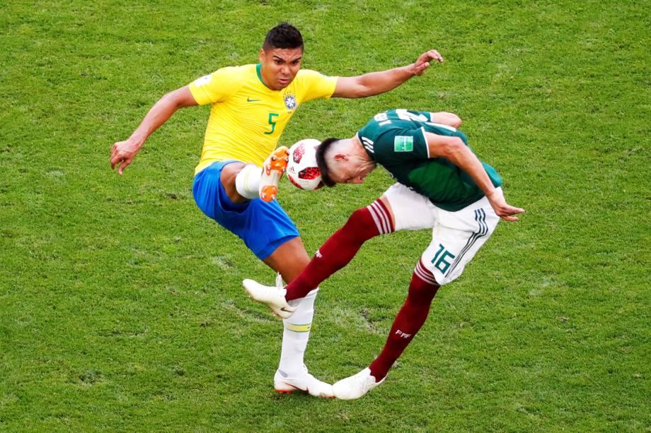 Casemiro disputa bola com Hector Herrera, durante partida entre Brasil e México, válida pelas oitavas de final da Copa do Mundo, realizada na Arena Samara - 02/07/2018
