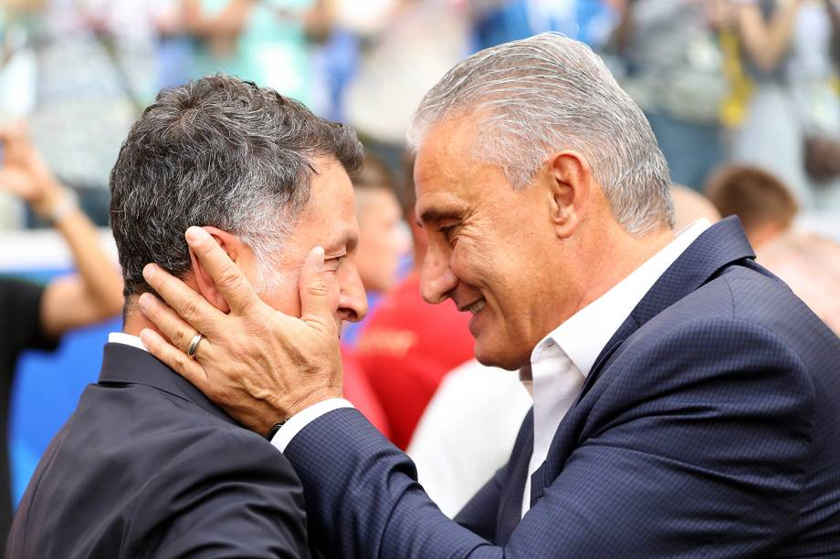 Tite e Juan Carlos Osorio se cumprimentam antes de partida entre Brasil e México - 02/07/2018