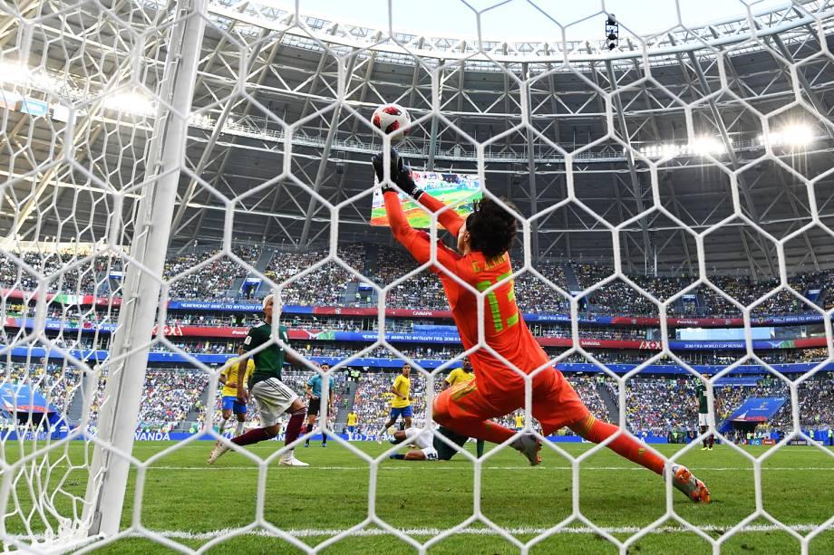 Guillermo Ochoa, goleiro do México, realiza defesa durante partida contra o Brasil, válida pelas oitavas de final da Copa do Mundo - 02/07/2018