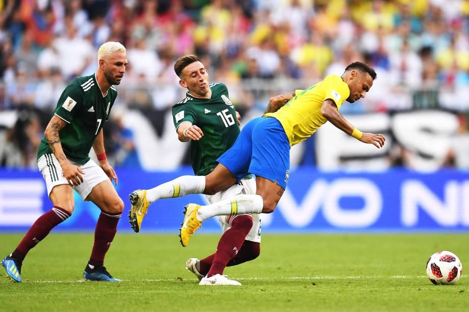 Neymar é derrubado por Hector Herrera, durante partida entre Brasil e México, válida pelas oitavas de final da Copa do Mundo - 02/07/2018