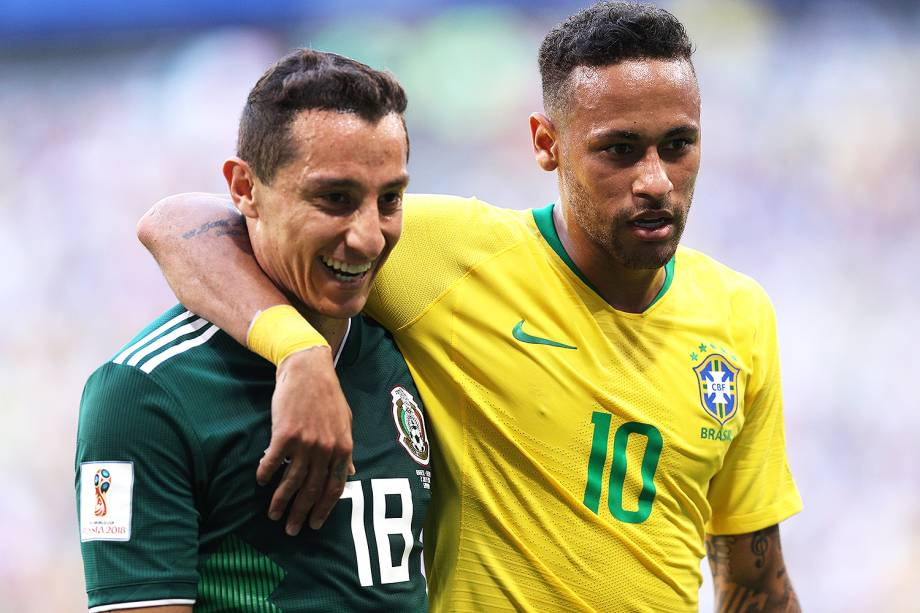 Neymar abraça Andres Guardado, durante partida entre Brasil e México - 02/07/2018