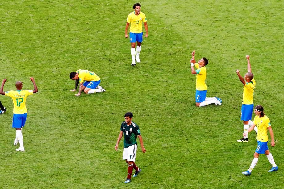 Jogadores da Seleção Brasileira comemoram após vitória sobre o México por 2 a 0, em partida válida pelas oitavas de final da Copa do Mundo, realizada na Arena Samara - 02/07/2018