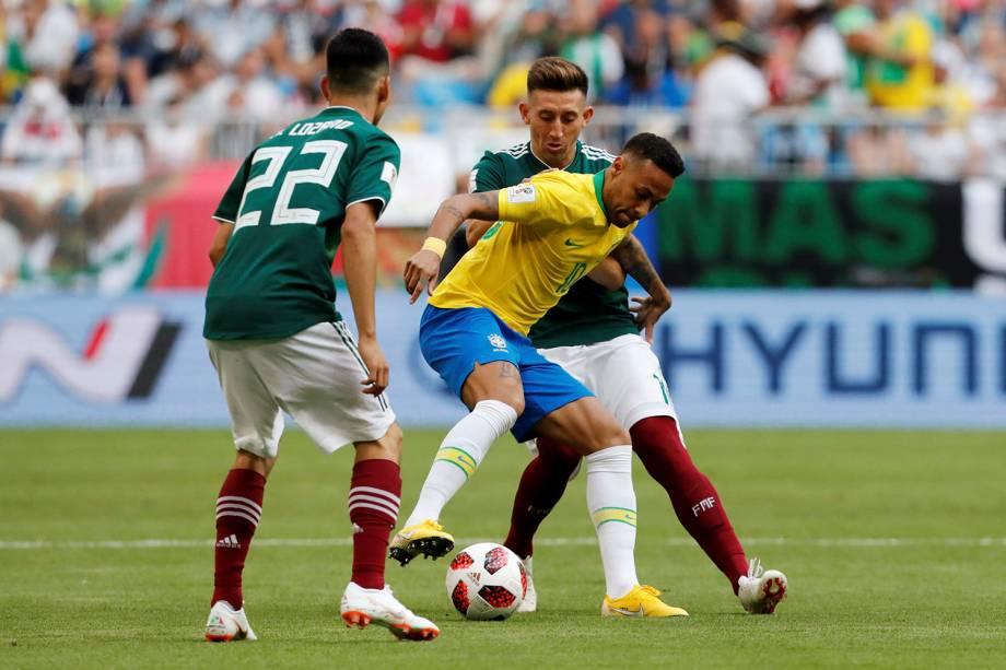 Neymar recebe a marcação dupla de jogadores do México, durante o confronto das oitavas de final na Arena Samara - 02/07/2018
