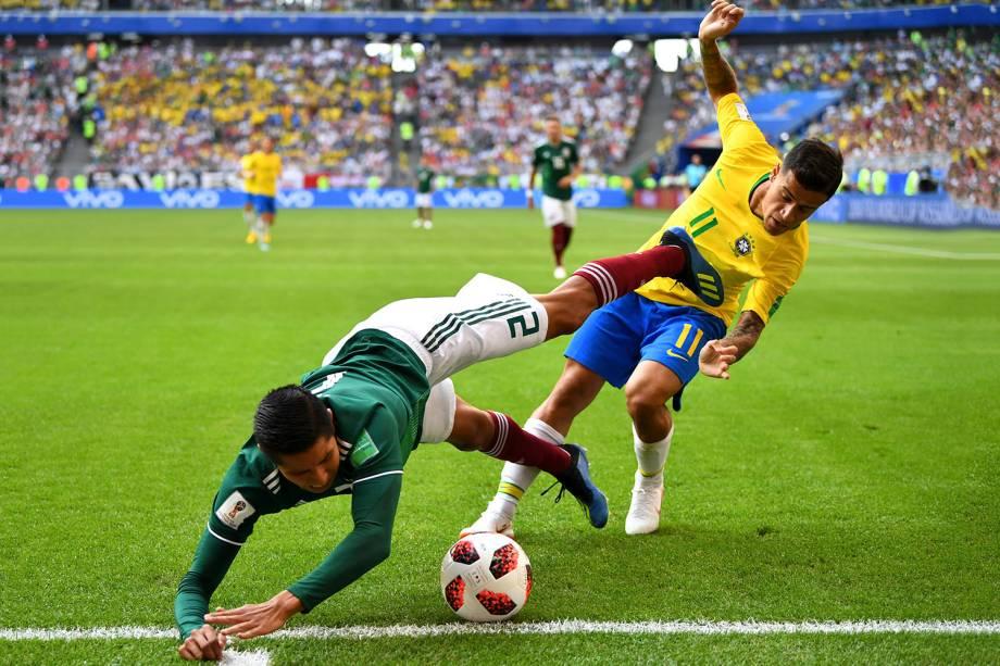 Philippe Coutinho disputa uma bola com o mexicano Hugo Ayala - 02/07/2018