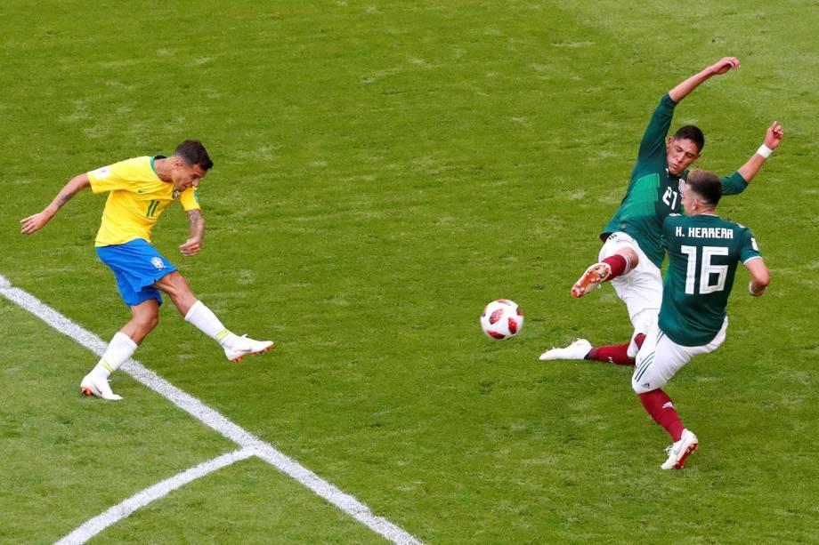 Philippe Coutinho arrisca um chute contra o gol de Ochoa, goleiro do México - 02/07/2018