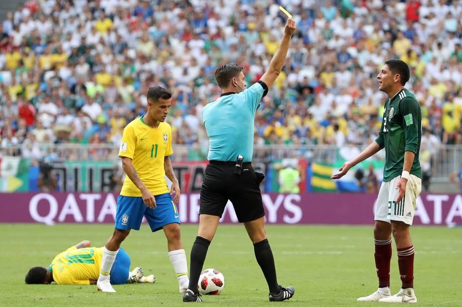 O árbitro Gianluca Rocchi mostra o cartão amarelo para Edson Alvarez, do México, após uma falta cometida sobre Neymar - 02/07/2018