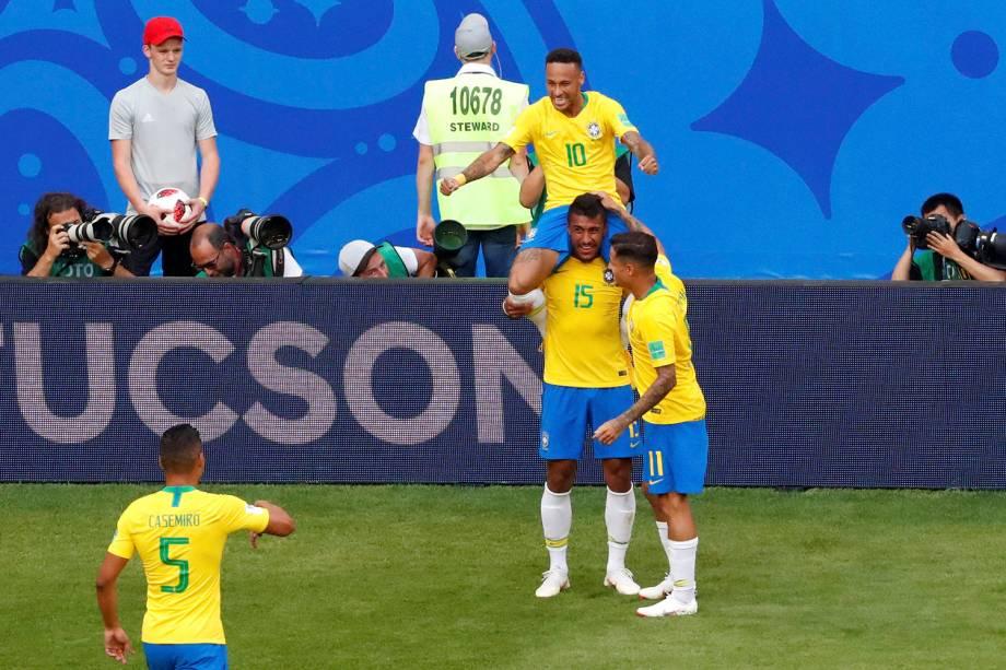 Nos ombros de Paulinho, Neymar comemora com os companheiros de time o gol marcado contra o México - 02/07/2018