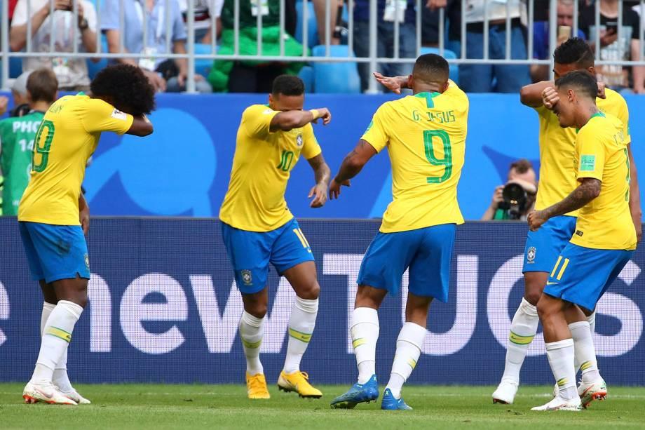 Jogadores do Brasil dançam durante a comemoração do gol de Neymar, que abriu o placar contra o México, na Arena Samara - 02/07/2018