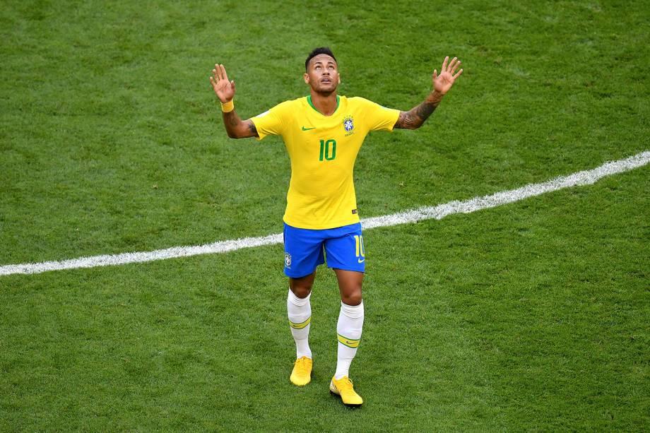 Neymar comemora com as mãos para o alto o gol marcado contra o México, na partida válida pelas oitavas de final - 02/07/2018