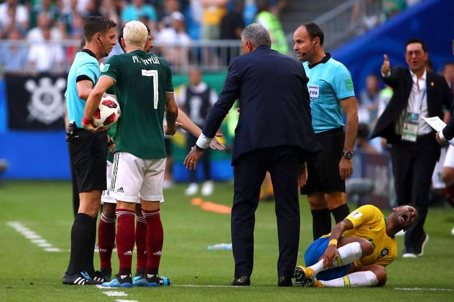 Neymar reage após um pisão do mexicano, Miguel Layun, em seu tornozelo, durante um lance fora do campo - 02/07/2018