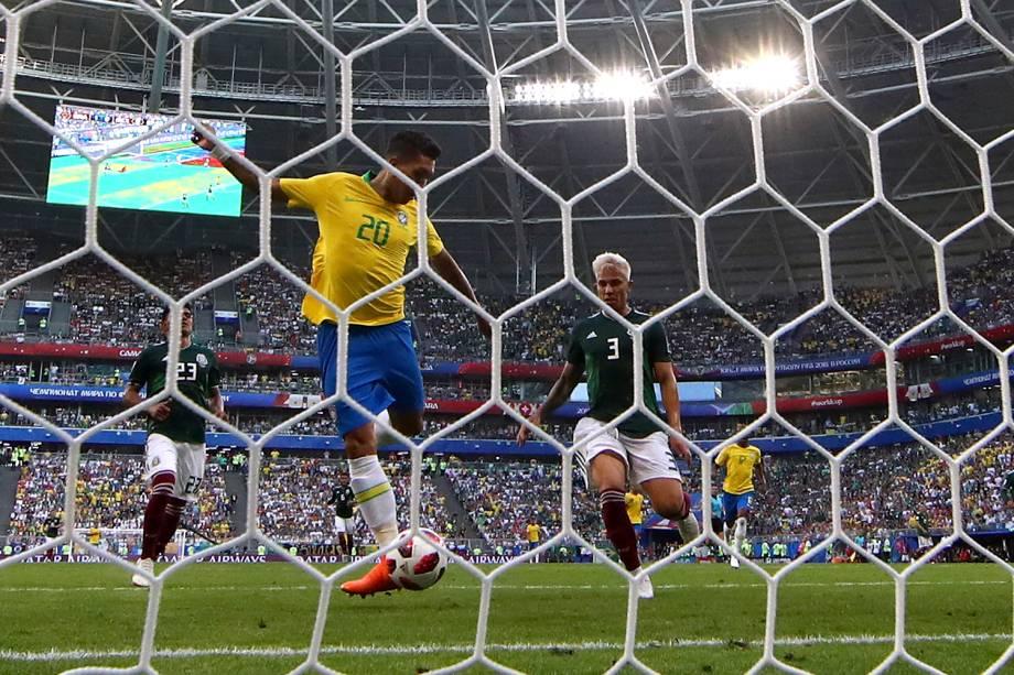 Roberto Firmino marca o segundo gol do Brasil, após uma tentativa de Neymar - 02/07/2018