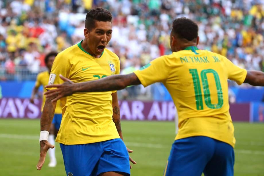 Firmino comemora com Neymar após marcar o segundo gol brasileiro na partida contra o México - 02/07/2018