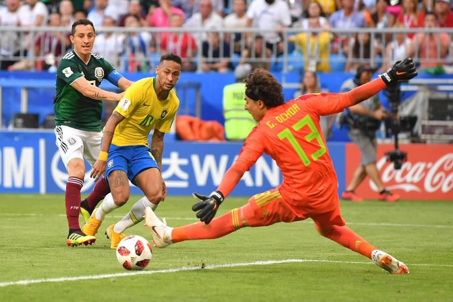 Neymar arrisca um chute ao gol do México, que seria aproveitado por Firmino para marcar o segundo gol do Brasil - 02/07/2018