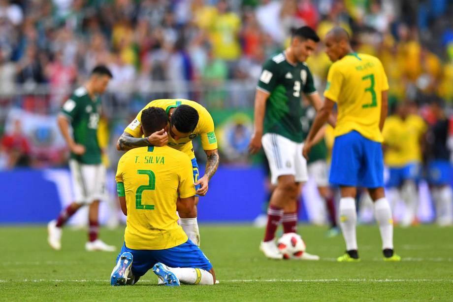 Fagner abraça o capitão, Thiago Silva, após a vitória sobre o México por 2 a 0 nas oitavas de final, na Arena Samara - 02/07/2018