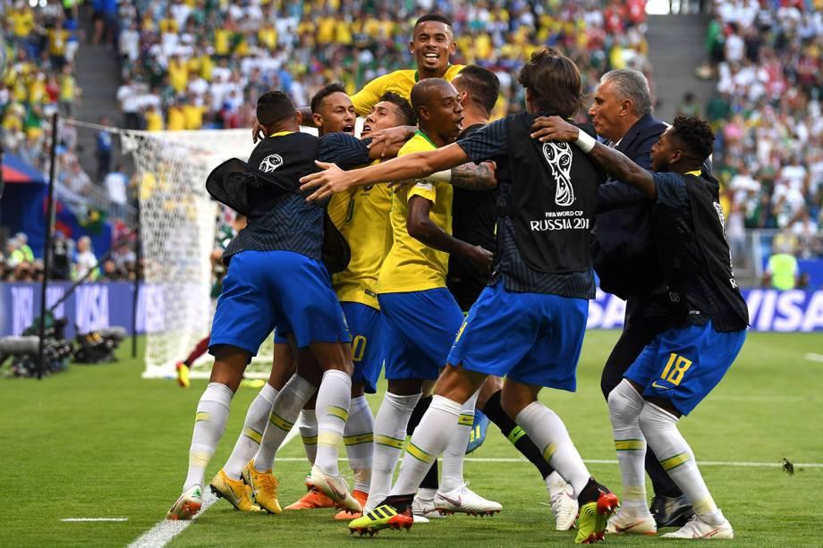 O técnico Tite comemora junto aos jogadores o gol de Firmino - 02/07/2018