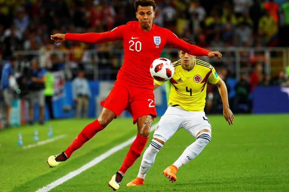 Dele Alli disputa bola com Santiago Arias, durante partida entre Colômbia e Inglaterra, válida pelas oitavas de final da Copa do Mundo - 03/07/2018