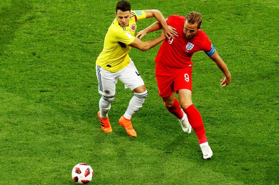 Santiago Arias, da Colômbia, disputa bola com Harry Kane, da Inglaterra, em partida válida pelas oitavas de final da Copa do Mundo - 03/07/2018
