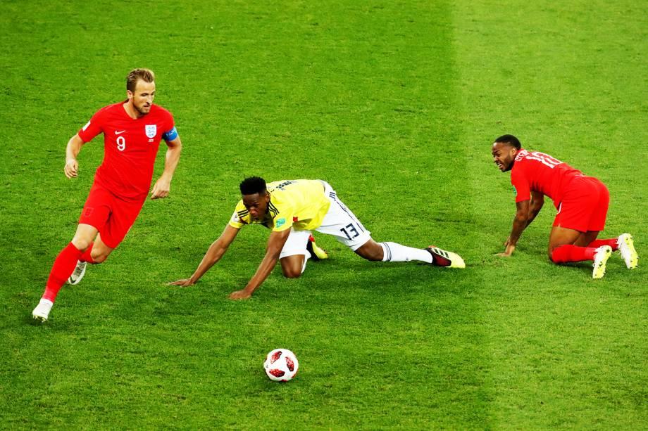 Raheem Sterling e Harry Kane marcam o jogador colombiano Yerry Mina, em partida válida pelas oitavas de final da Copa do Mundo - 03/07/2018
