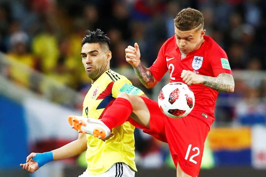 Kieran Trippier disputa bola com Falcão Garcia, durante partida entre Colômbia e Inglaterra, válida pelas oitavas de final da Copa do Mundo - 03/07/2018