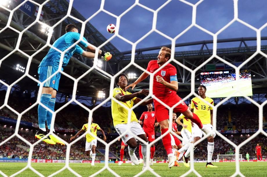 O goleiro colombiano David Ospina afasta bola da área de ataque, durante partida entre Colômbia e Inglaterra - 03/07/2018